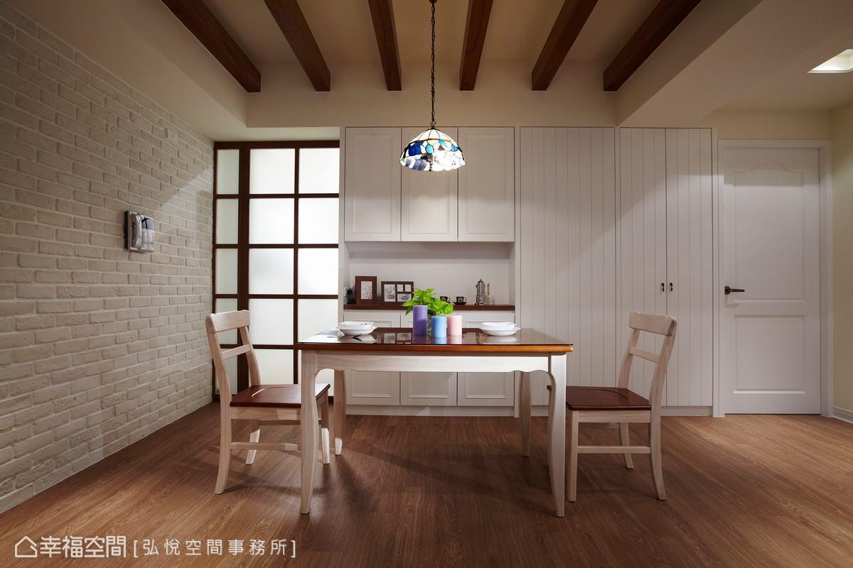 弘悅空間事務所以木樑設計修飾原始天花板的格局,配上不規則文化石壁磚,打造出彷彿歐洲鄉間小屋的用餐氛圍。