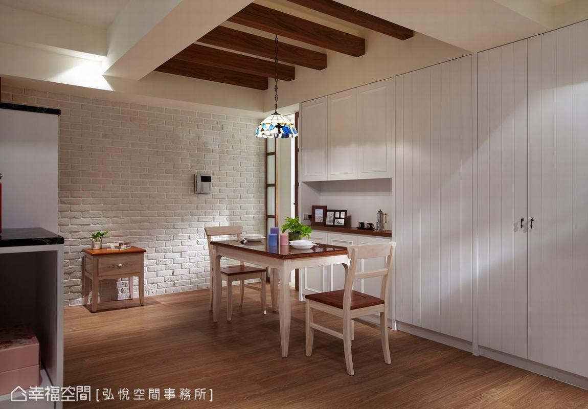 取消傳統的廳室分野,開放式客餐廳連結兩廳的功能,也凝聚家人的情感,並以大量收納櫃保持空間的清爽。