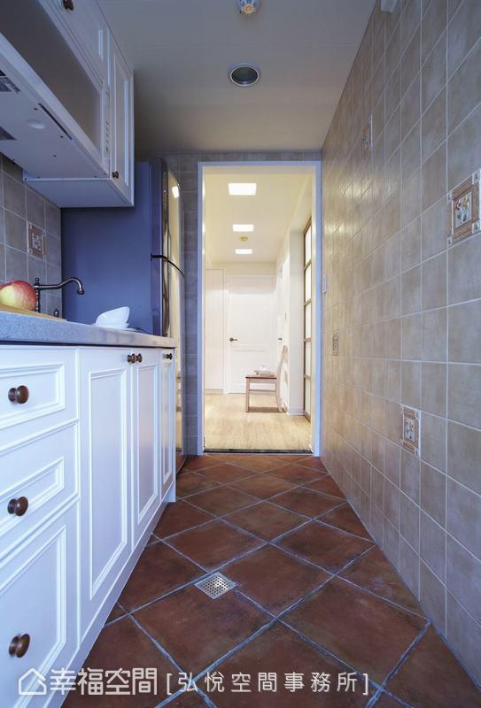 一字型廚房以復古地磚和暖色壁磚堆塑鄉村風格,搭配美式線板構築的系統廚櫃,溫馨不失俐落。