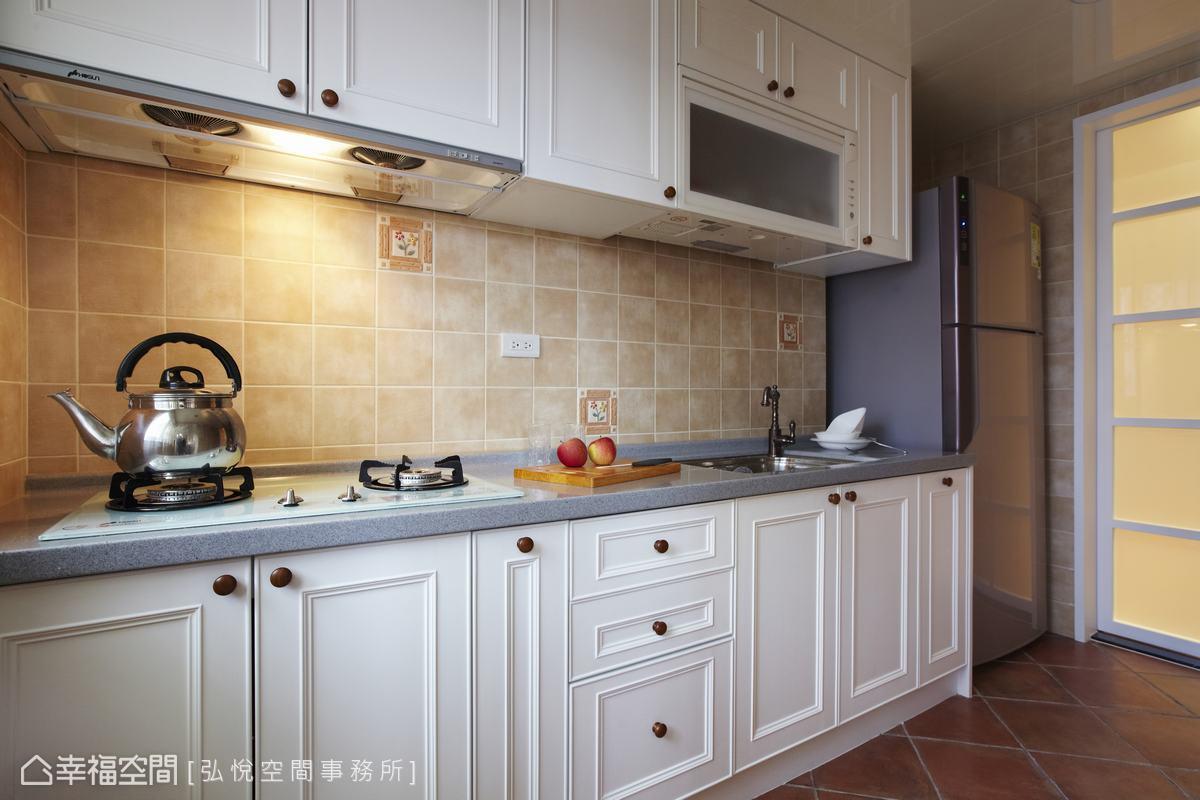 系統櫥櫃以美式白色線板勾勒線條,塑造視覺上簡約俐落的質地,同時保持使用上的乾淨與清爽。