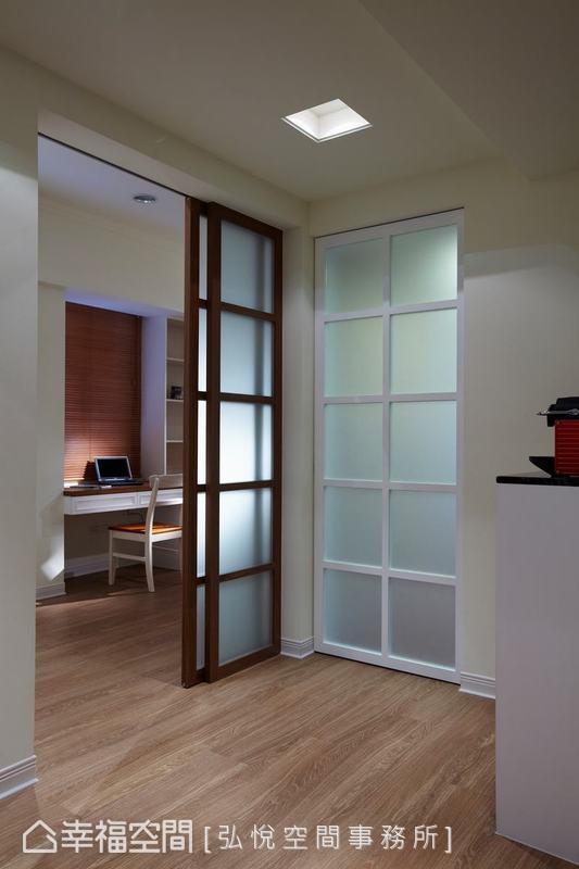 預留的暗室客房改為開放式書房,以噴砂玻璃窗框設計了活動式拉門,增加使用彈性,也引入充足的陽光。