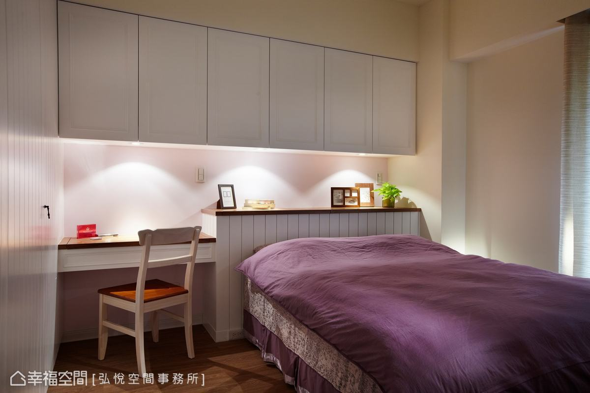 主臥室以美式線板作為主軸,展現簡潔俐落的主臥風格,以微鄉村風格家具及軟件點綴,完美融合兩種風格。