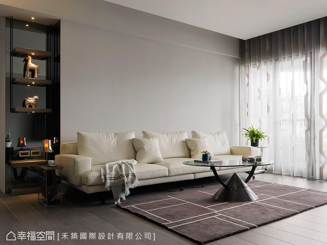 素色的沙發背牆與電視主牆相互呼應,選搭白色系的沙發,襯托出純淨美感。