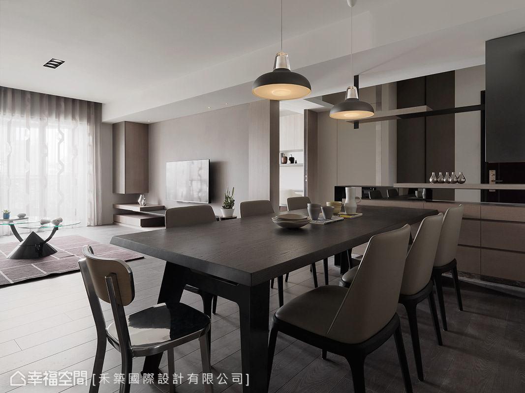 相較於客廳,餐廳的用色則更為沉穩,搭配柔美的燈光照映,讓餐敘氛圍更顯溫暖。