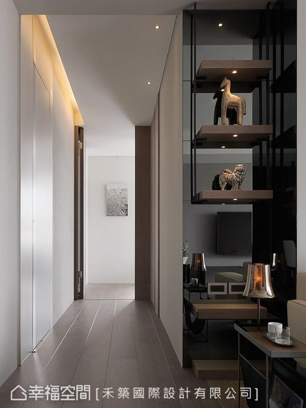 客廳與私領域廊道的轉角處,利用懸吊式的展示櫃作為段落風景,增添場域豐富表情。