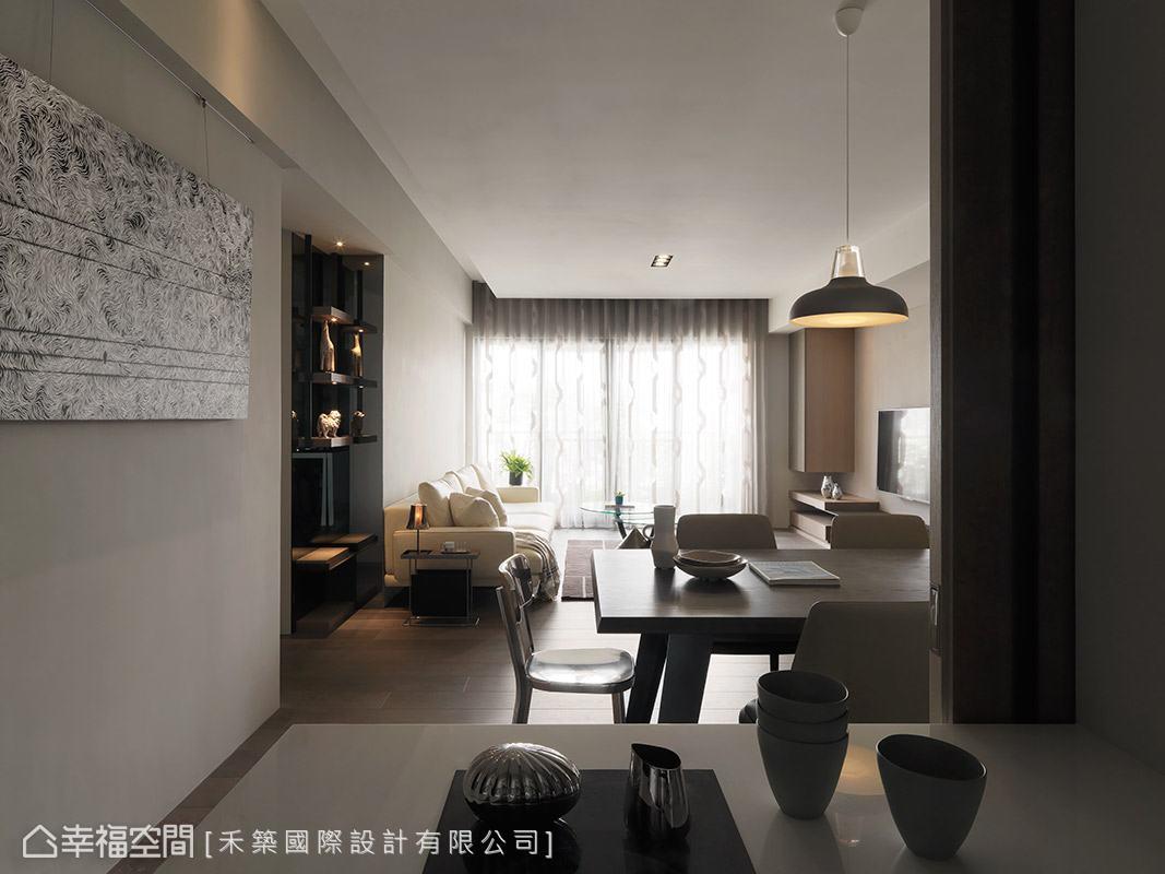 以大面落地窗將自然採光引援入室,並藉由窗簾的調節,使光線更顯柔美動人。