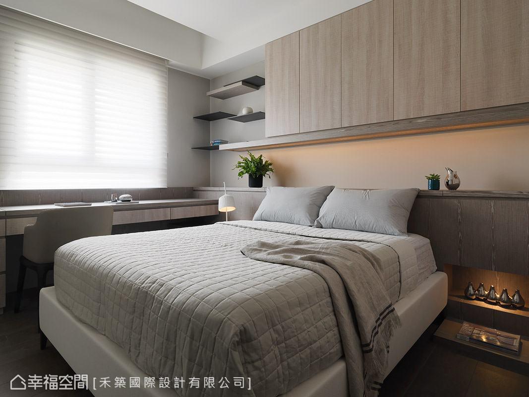 床頭櫃與懸掛櫃體沿著樑下空間做規劃,不僅創造實用收納機能,亦化解風水顧慮。