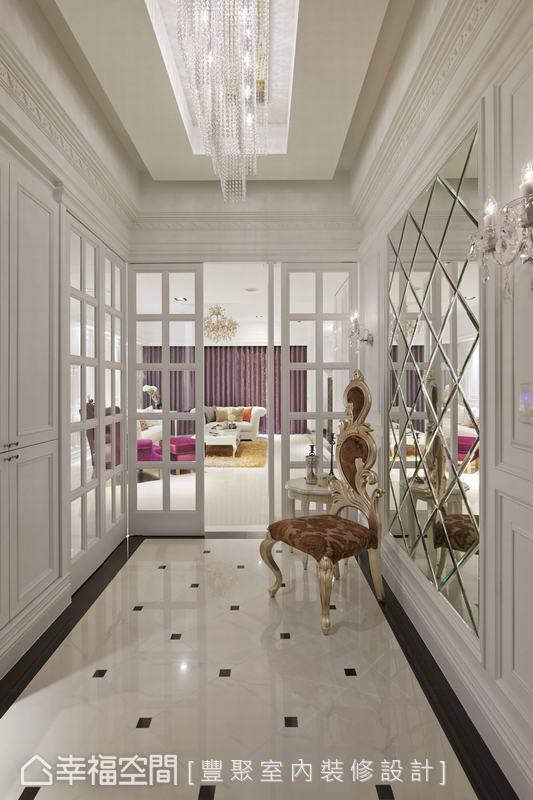 兩扇玻璃格子門,各自通往客廳及餐廳,不但生活動線更開放流暢,空間感也因通透明亮的視覺效果,而展放出名家氣勢。