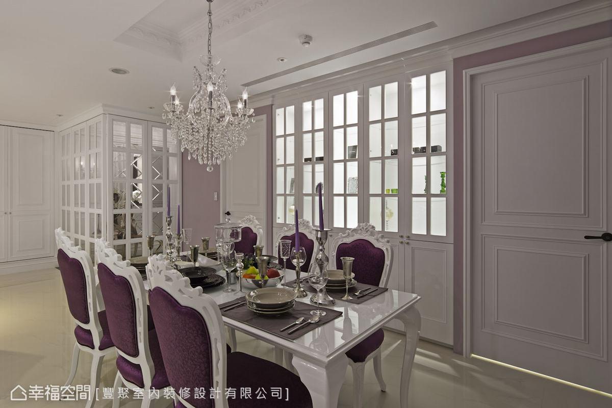 精準拿捏每件傢飾的存在感,考慮到餐椅是濃重華麗的深紫色,因此搭配透明色系的吊燈,退一步卻能襯托出視覺焦點。