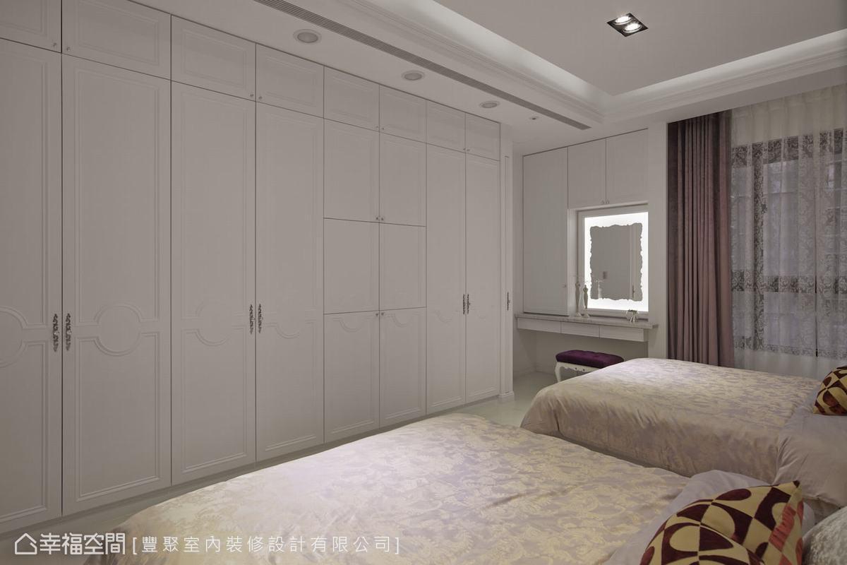犧牲更衣室換得兩張雙人床的配置,為此,其餘的牆面就盡量規劃大量衣櫥與儲藏櫃,滿足夫妻二人的收納需求。