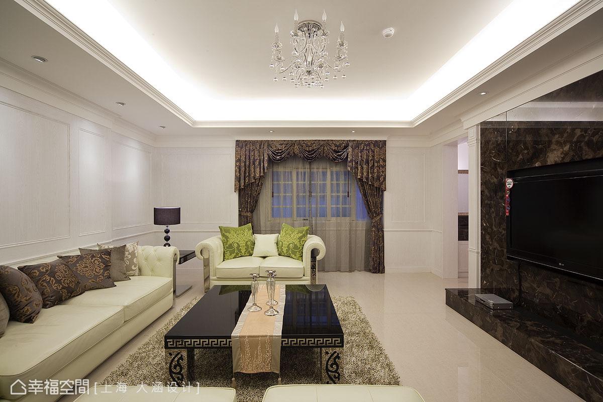 更改過大門的動線,讓空間整體性更為完整,現代線條的淺白沙發與木皮噴白線板背牆,交織出淡雅的維多利亞況味。