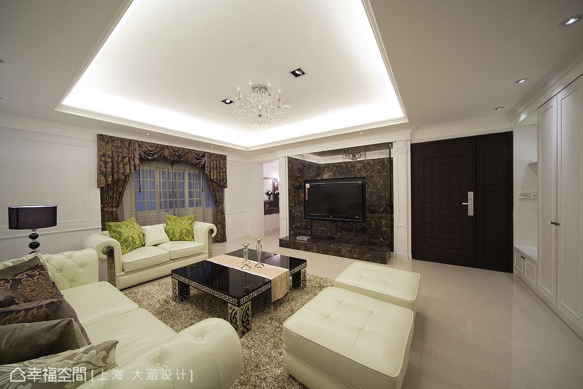 設計師特別挑選帶有黑白對比色差,且透出淡淡金色紋理的黑金鋒大理石做為空間的跳色,呈現屋主喜愛的「黑白現代感融合華麗風」的混搭美學。