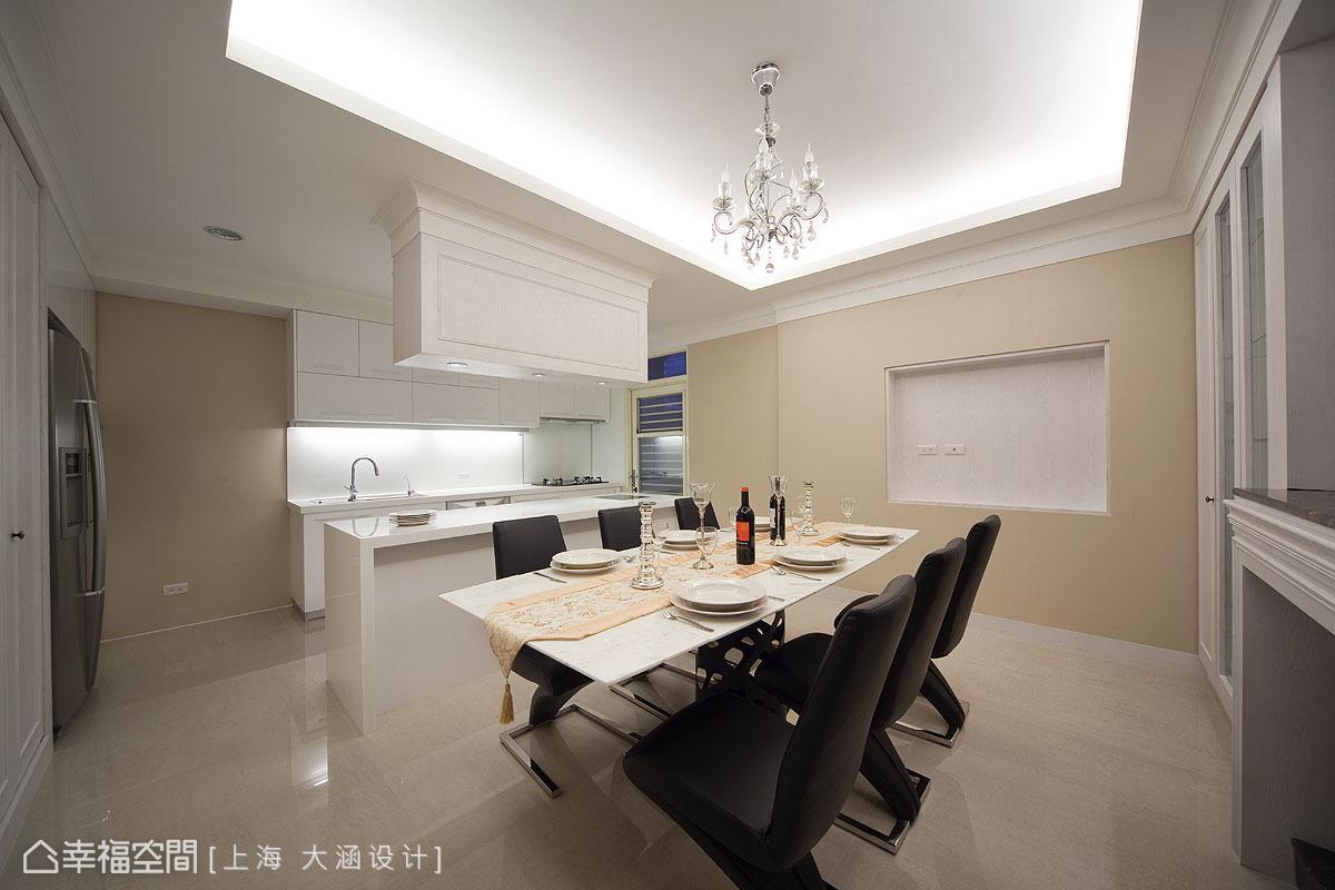 推開玻璃與木框搭構的白色對開門,滿眼淨白的空間以黑色的餐椅妝點黑白意象。