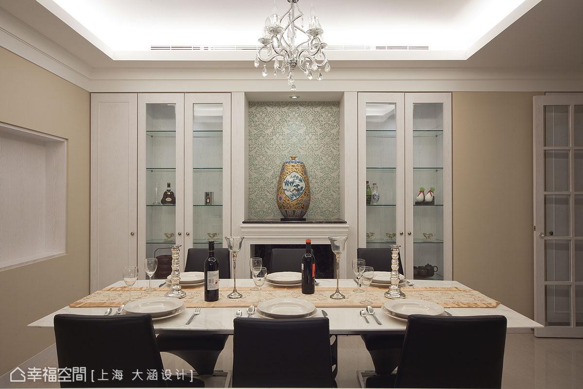 從中島望向餐廳的視線落在端景牆的藝術展示檯面,壁爐的線條概念是維多利亞的符號特徵。