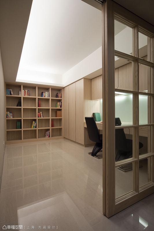 除了將書房位置設計在可以和起居室視線互通外,也特別將書房門片用透明玻璃,除了讓視線更穿透外,也會覺得書房也是起居室的一環,讓空間有更大的效果。