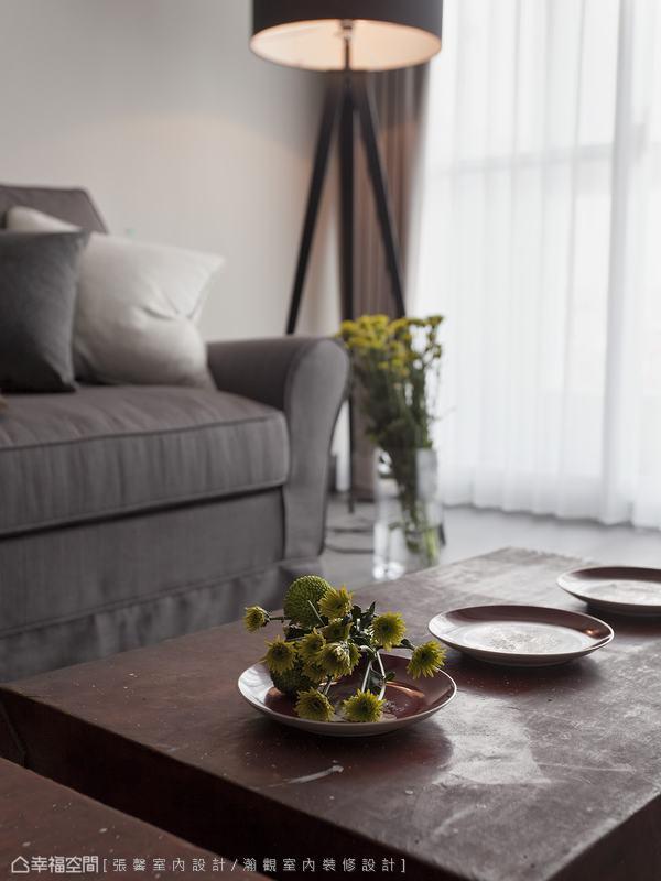 簡約純淨的空間,不需要過多的裝飾,只要花卉及軟件,就增添生命力。