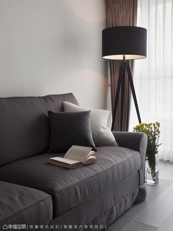 客廳的一盞立燈,塑造一方寧靜角落,適合獨自享受愜意時光。