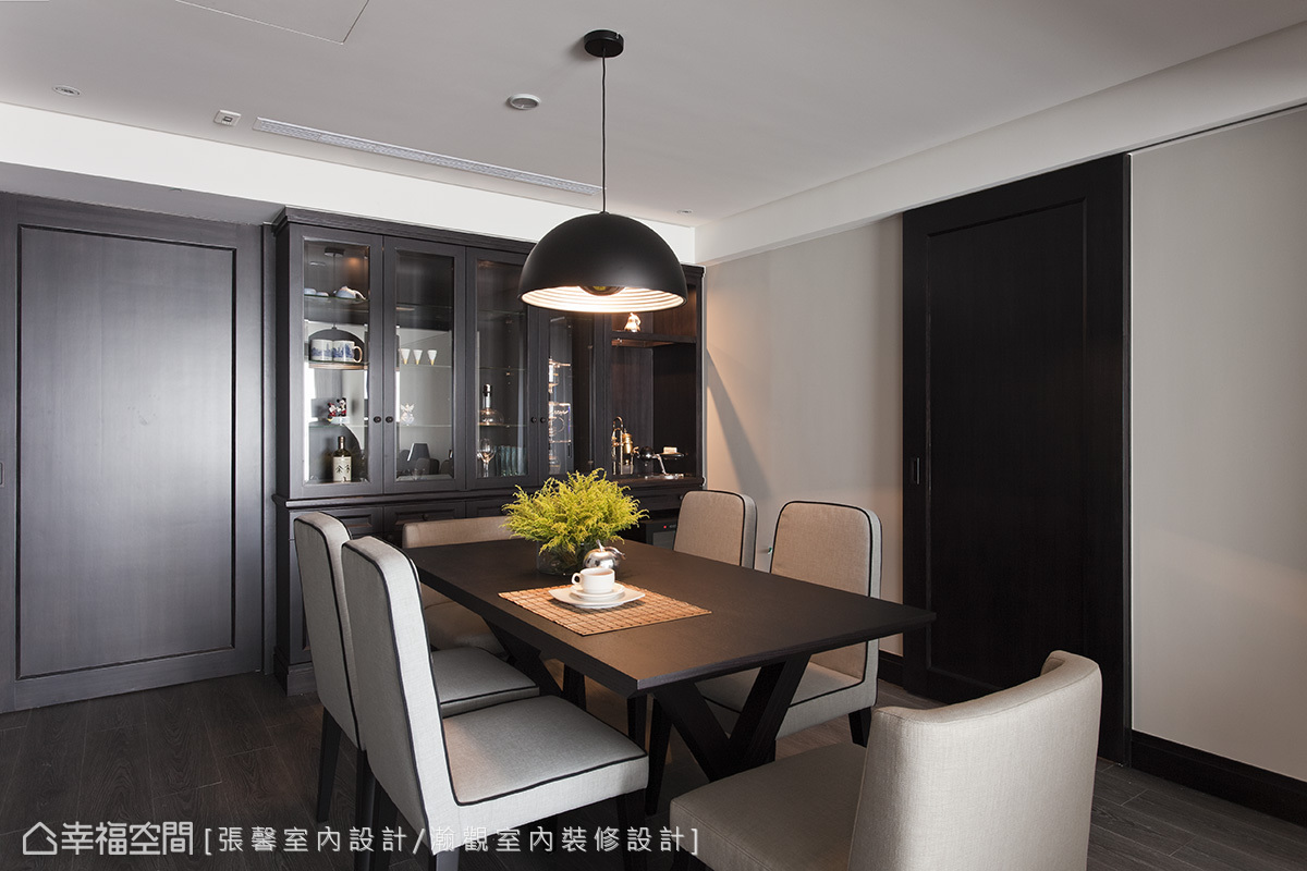 家人有在家泡咖啡的習慣,因此餐廳轉角也預留空間擺放設備。