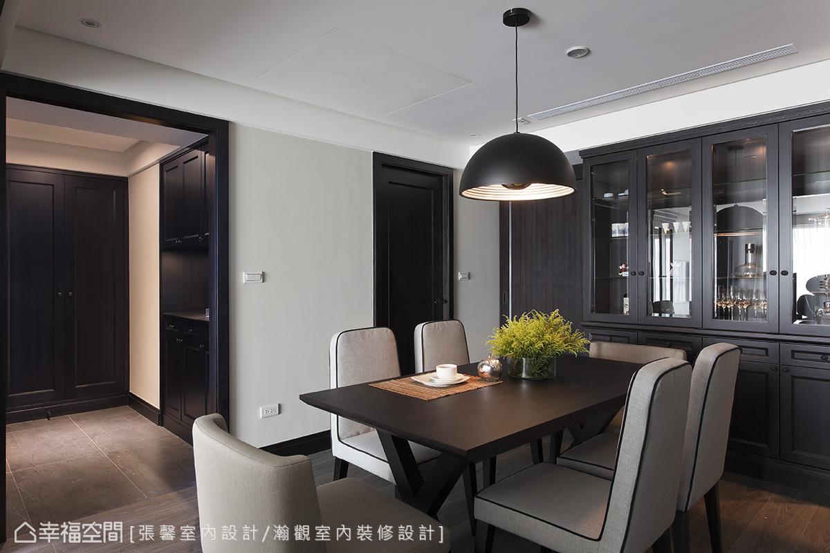 以深色質感表現美式經典的玻璃櫃,是另外一種沉穩風格的詮釋。