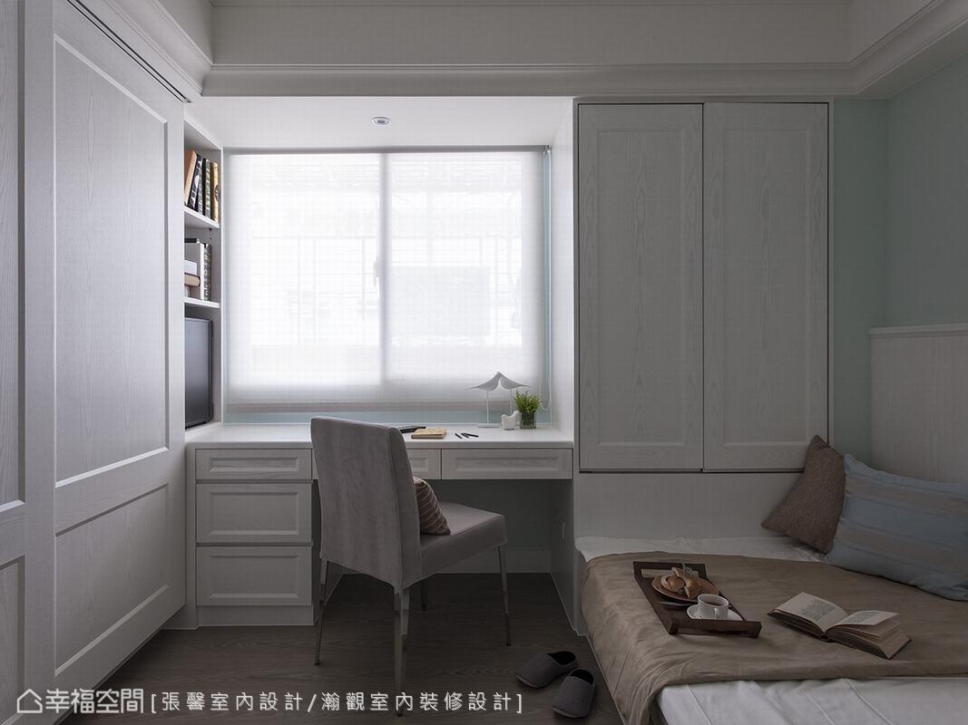 長輩的房間以湖水綠為基底,搭配木紋噴白的櫃體,整體顯得清爽而舒適。