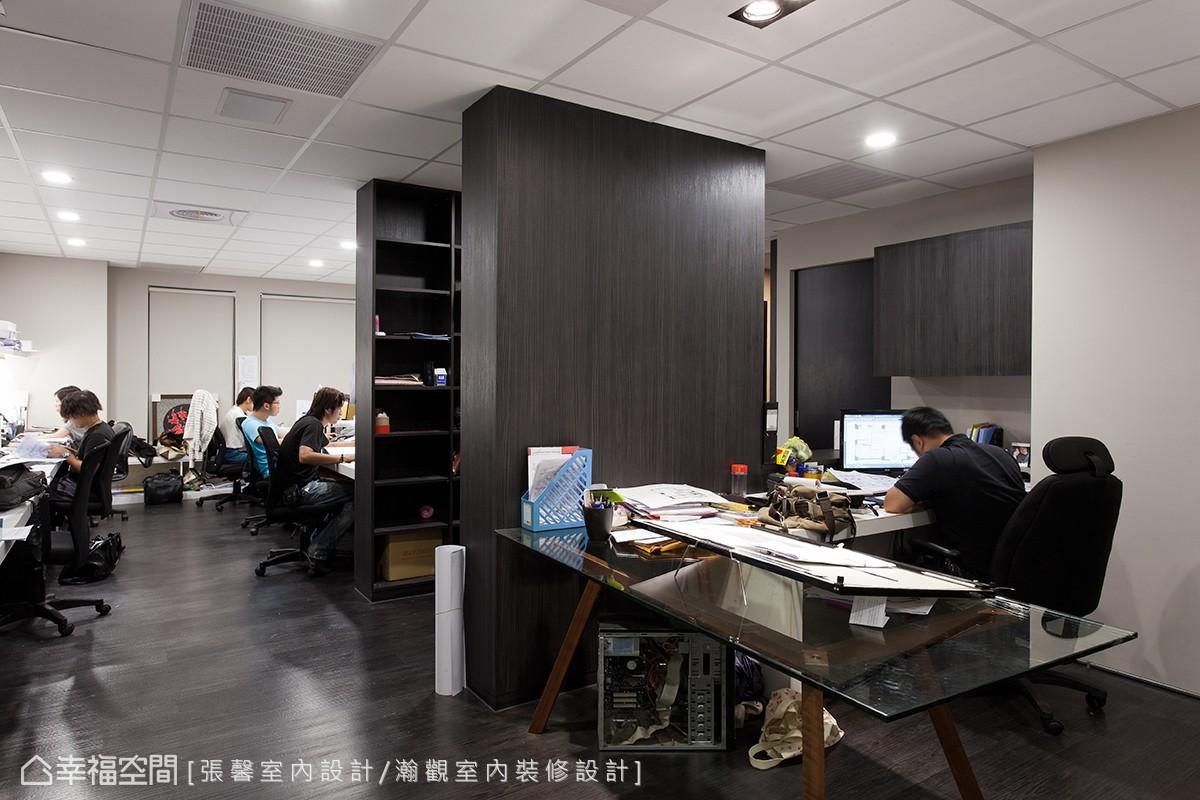 二樓是同事的辦公地點,以簡單的基底加上書櫃,讓文件和書本都有足夠的空間可以收納。
