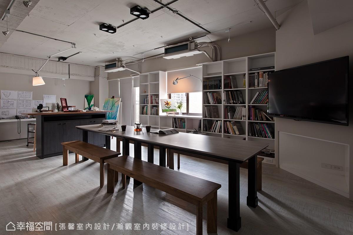 定期購入國外精裝設計書,收藏於張馨的發想室,讓設計部門的同事可以從中找靈感,激發新創意。