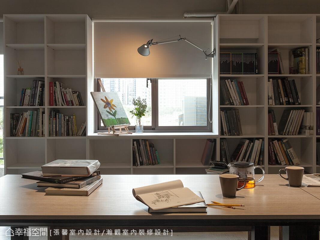 除了作為設計發想使用,這裡也是張馨設計師的夢想畫室;沒有多餘裝飾的原始空間,讓每張出自張馨之手的畫作,成為最佳的視覺點綴。