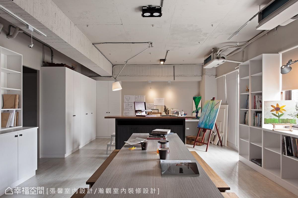 天花板呈現出原始的裸露狀態,用純粹乾淨的空間,讓想法回到最初的原點,沒有任何的限制,自由地重新思考。