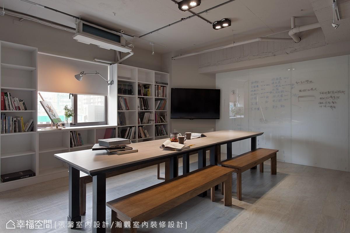 拿著咖啡和設計書,同事們可以在大桌子上交流設計想法;大片的烤漆玻璃,更是紀錄會議重點與工程備忘的重要區塊。