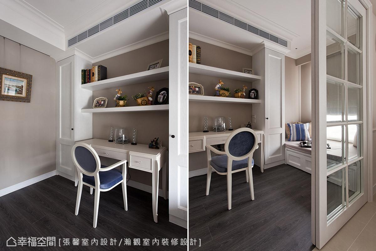 改以木地板鋪式的書房空間,藉玻璃木作格柵門片與客廳開放分野機能。