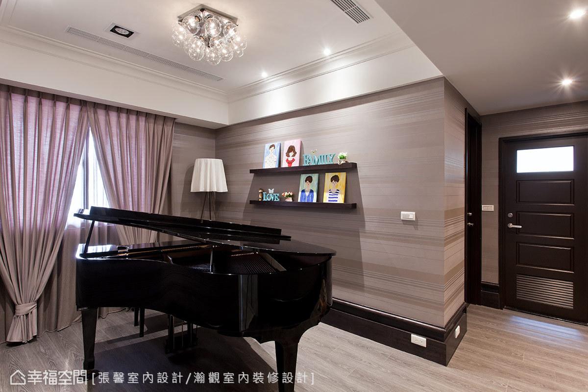 設計師將走道動線整合入琴房規劃,有限坪數裡一樣有置放平台鋼琴的敞闊空間。
