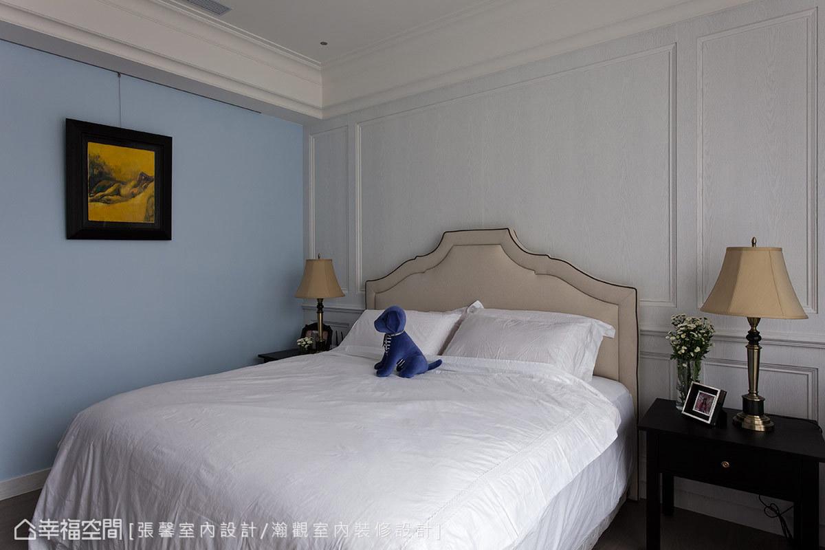白色基底空間裡加上水藍色牆面,空間感看起來更加舒適明亮,特別訂製的床頭板與深色邊櫃,對比色系妝點出主臥房的華麗時尚感。