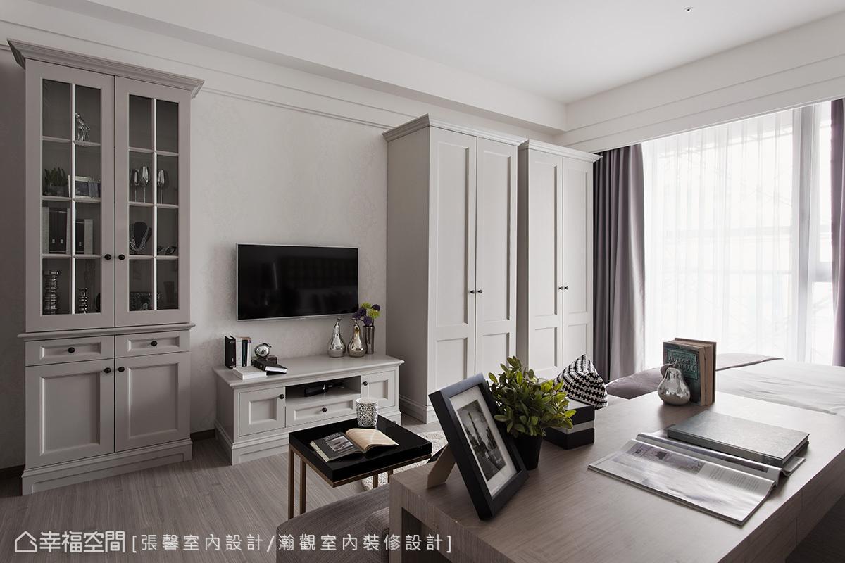 即使是小坪數套房,仍根據需求規劃齊全機能,以暖灰色衣櫥兼顧收納與美觀。