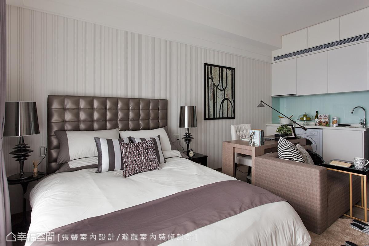 簡單素雅的條紋壁紙,搭以大地色系的傢俱傢飾,呈現出飯店般的雅緻感。