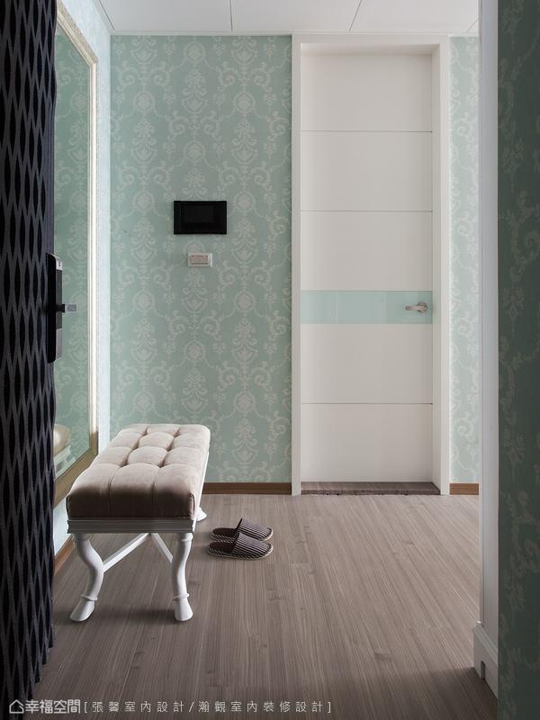 淺色圖騰壁紙從小套房入口開始鋪陳,加上古典風格的玄關椅,散發淡淡的華麗感。