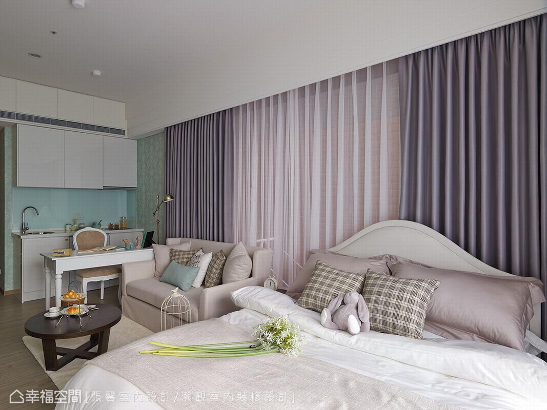 強調乾淨素雅的基底,搭配淡雅色系的布料,還有格子、花紋、藍綠色的抱枕,使空間有了舒適的溫度。