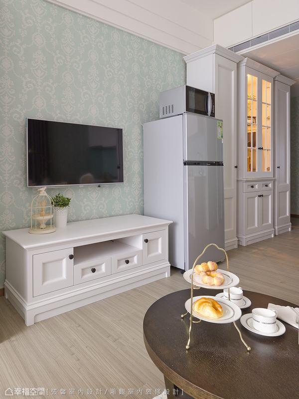 延續白色衣櫃樣式,成套的訂製傢俱系列,使小空間也有完整的風格呈現。