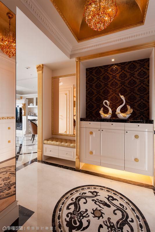 水晶珠簾從貼飾金箔的拱頂天花處懸垂而下,打造入門挑高氣勢。