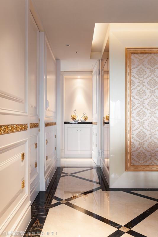 金色縷空線板從玄關處起始,遊走於等高腰線的公共空間牆面櫃門上,精巧拿捏出不流俗麗的巧緻奢華。