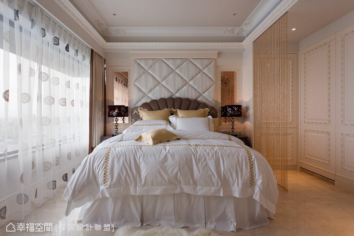 女主人喜愛的牡丹花圖騰以雷射切割噴黑漆的方式,飾於床頭兩側的琥珀鏡牆上。