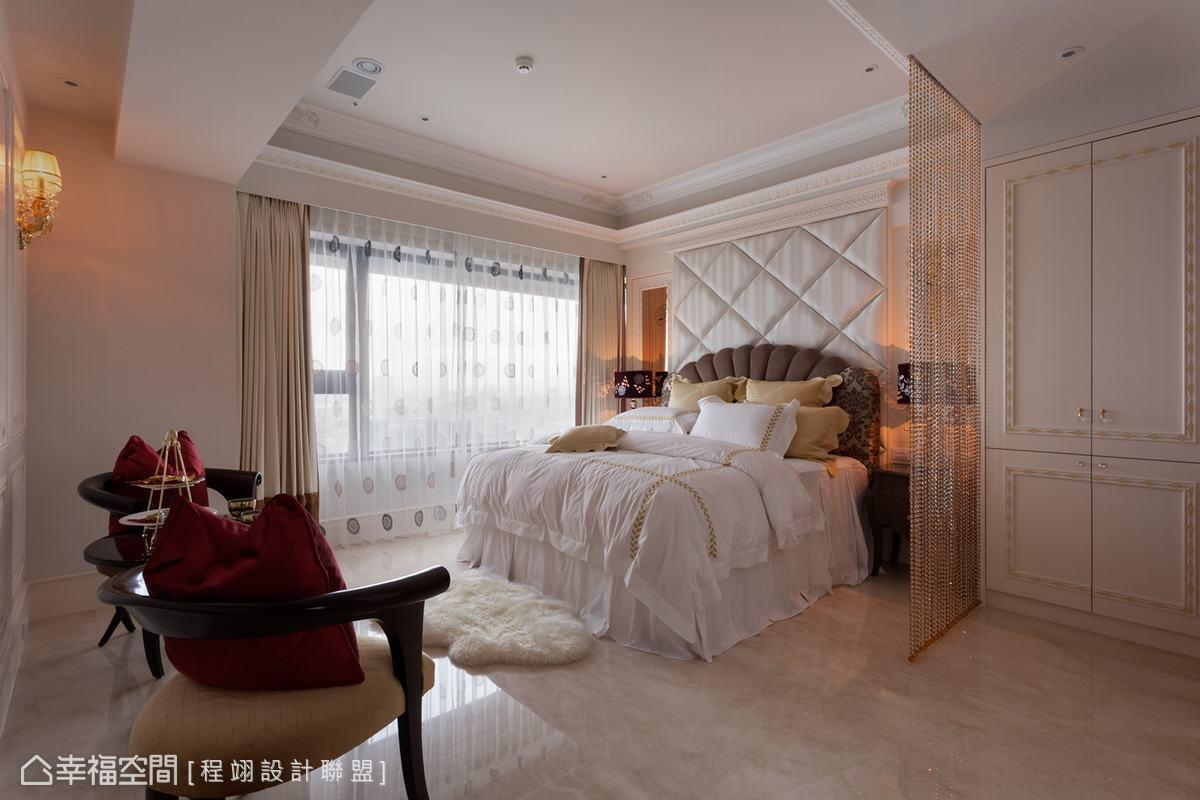 從天花懸垂至地的施華洛世奇水晶珠簾避開臥床對廁所的問題。