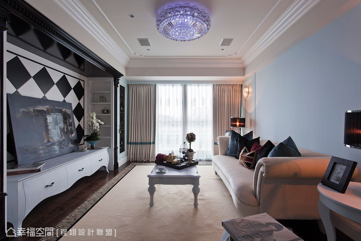 從華美繁複地玄關轉圜進入室內空間後,優雅地wedgwood藍映入眼簾,搭配鑿刻細緻的麻花造型線板,框飾出令人驚艷地清新美式風格。