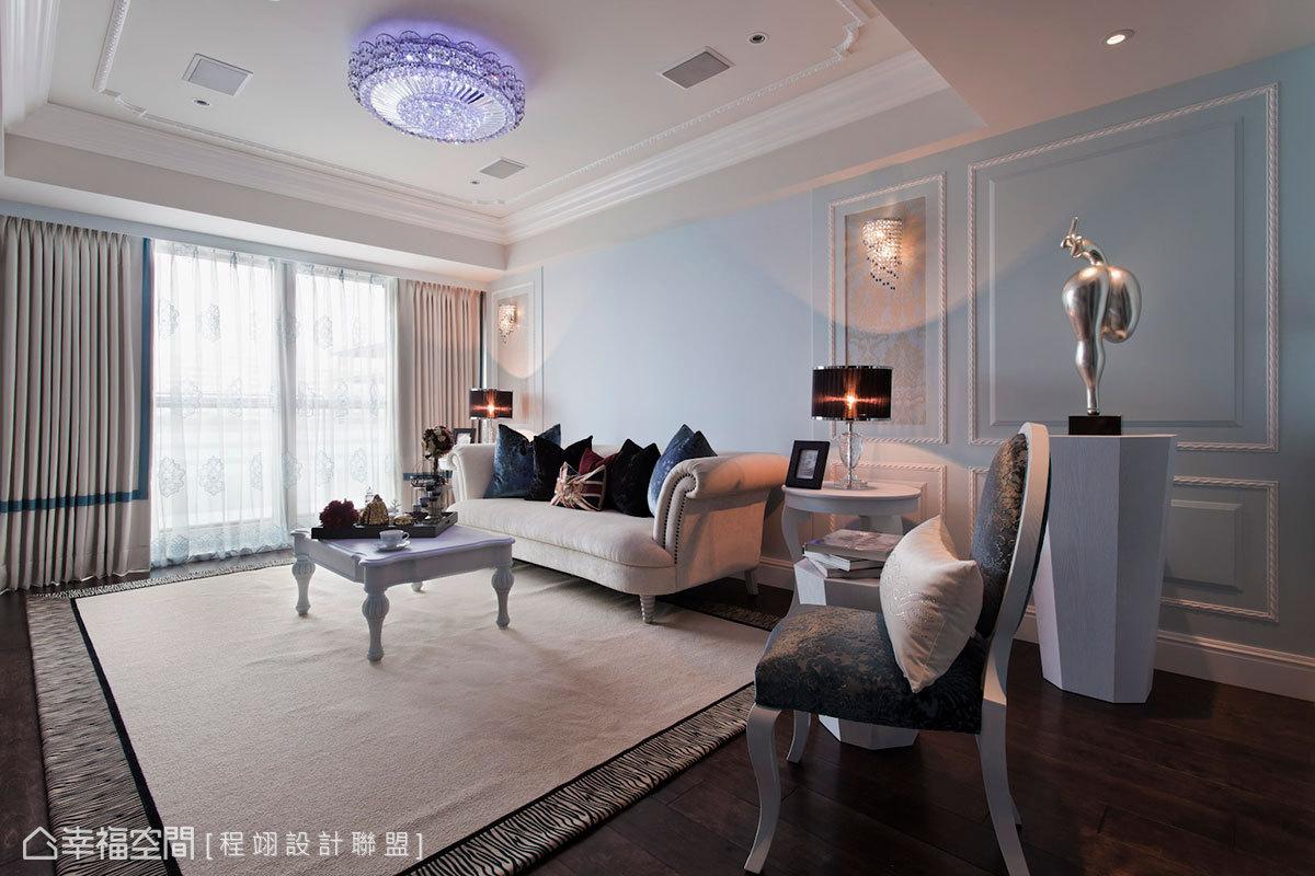 搭配wedgwood藍設計基底,設計師嚴選水藍滾帶窗簾,襯以藍底刺繡紗簾,藉軟件增添精緻質感。