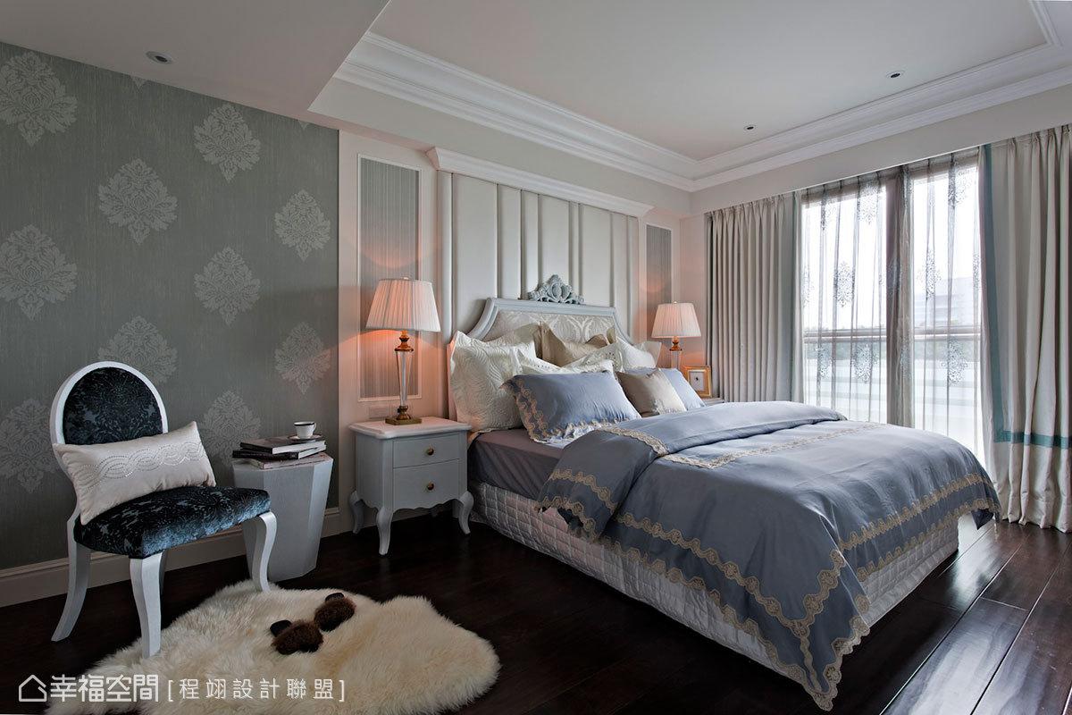 做工繁複的橡木染藍訂製床架,與直線條、古典圖騰綴點浪漫優雅女主臥房。