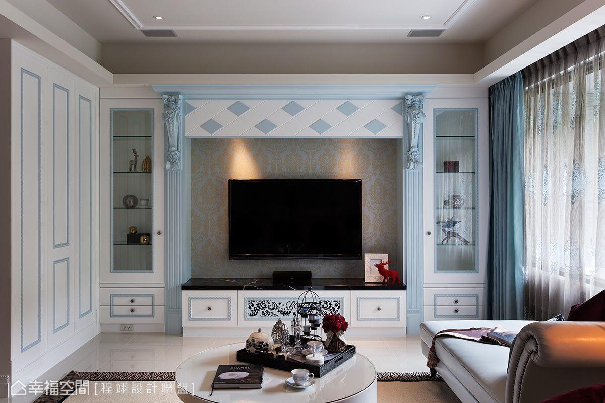 古典的對稱造型與奢華的象鼻飾板轉以柔和的藍灰色處理,搭上淺金色的壁紙紋路,回應年輕屋主期盼的內斂優雅。