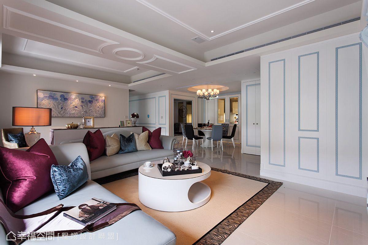 玄關櫃體的美背修飾與廊道空間呼應,以灰藍色線板在白色基底上鋪陳,些許黃光與金色元素的穿插讓空間既優雅又貴氣。