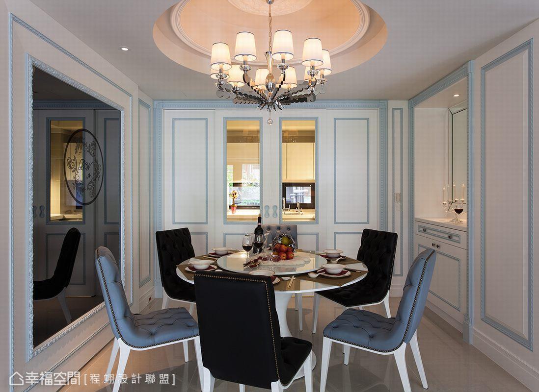 利用雙拉門創造古典的對稱語彙修飾通往廚房的動線,在開放空間中營造完整的用餐空間,圓桌與天花以圓的造型暗喻團圓意象。
