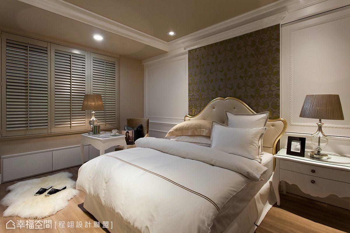 取金色意象,以溫暖的焦糖奶茶色打底,床頭綠色的立體雕絨壁紙襯托空間整體的奢華氣度。