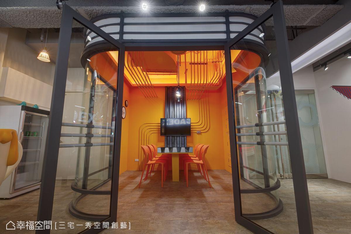 小型會議室採用搭配公司標準藍的暖色橘,與極簡重複線條相呼應,打造時尚未來感的場域。