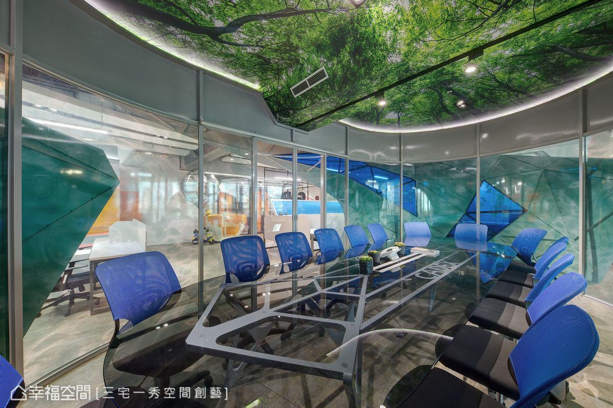 採用斜角造型修飾主樑,天花的森林綠意,與底下的海洋互相呼應,透露出陽光空氣水的重要性,同時訴說著公司的動力泉源。
